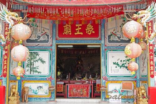 Достопримечательности, конечно, начинаются с буддийских храмов!